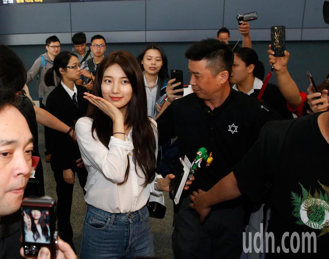 「國民初戀」秀智中午來台,碰到粉絲們拍照,秀智還會特別暫停一下。記者鄭超文/攝影