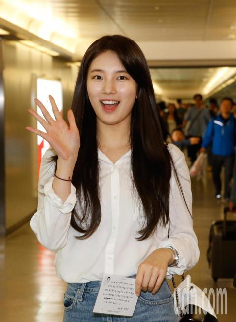 在韓國有「國民初戀」之稱的女星秀智中午搭乘KE-691班機抵達桃園機場,一下飛機就有不少粉絲在管制區裡等候,秀智親切地跟粉絲們打招呼,一路上露出甜美的笑容,走進入境大廳時,約有超過四十位粉絲尖叫迎接...