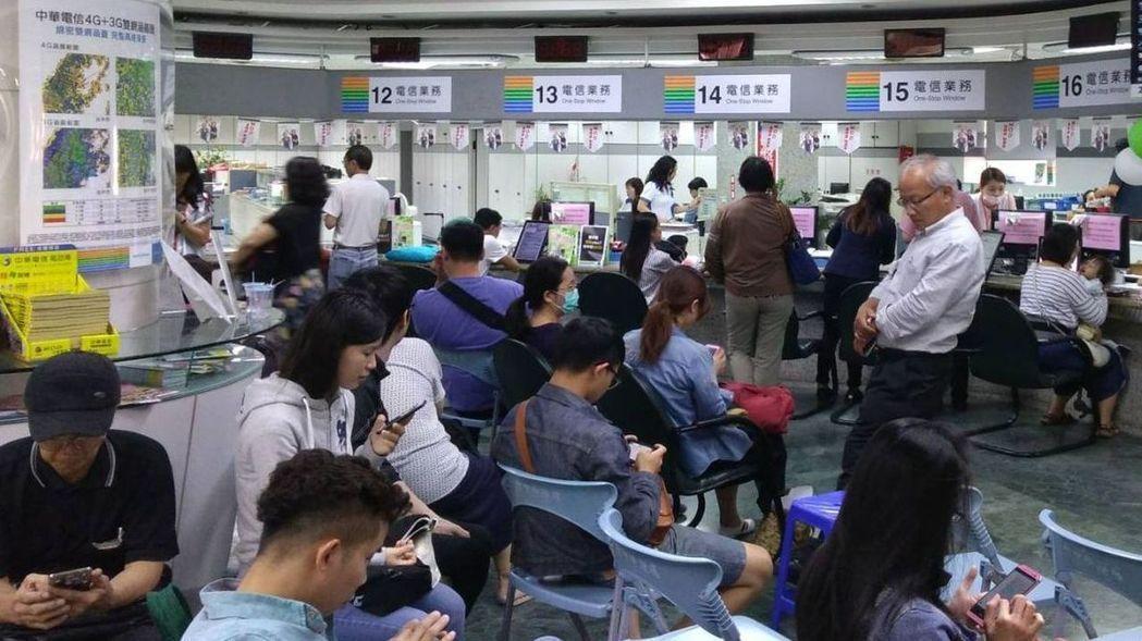 中華電信門市擠滿等候辦499吃到飽方案的民眾。 報系資料照