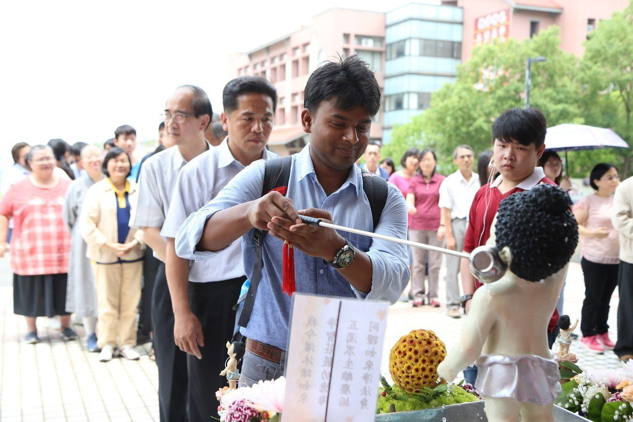 印度學生參加浴佛活動。圖/南華大學提供
