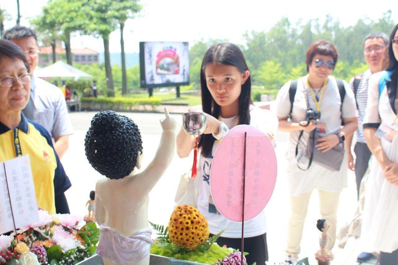 前來南華大學參訪的香港中文大學師生也歡喜參與浴佛。圖/南華大學提供