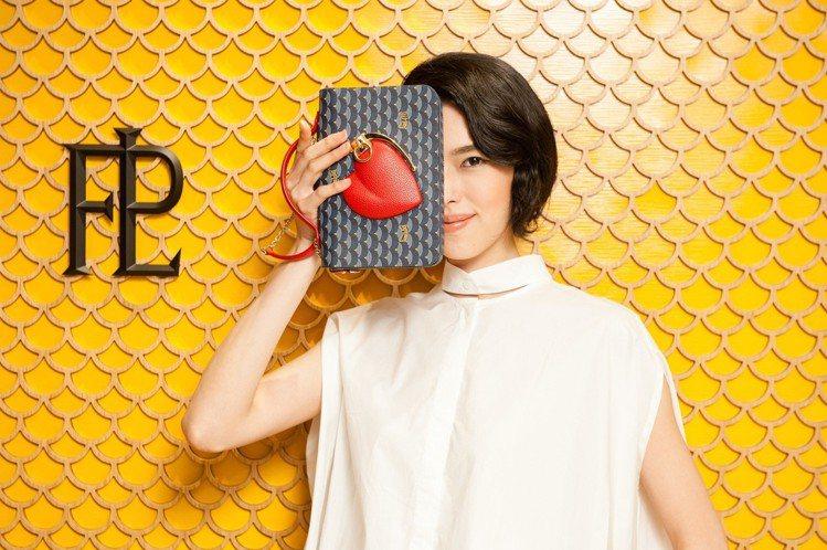 盛情手榴彈手提包圖案像是一顆心其實是手榴彈,象徵愛情是瘋狂而猛烈的,售價49,7...