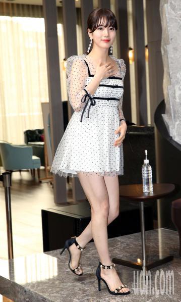 韓國「國民初戀」女星秀智中午搭機抵達台,這次是秀智第一次來台舉辦個人見面會「2018 SUZY ‵WITH′ In Taipei」,她也先預透露,「練習了幾首中文歌曲,親自挑選了粉絲們都熟悉的有名中...