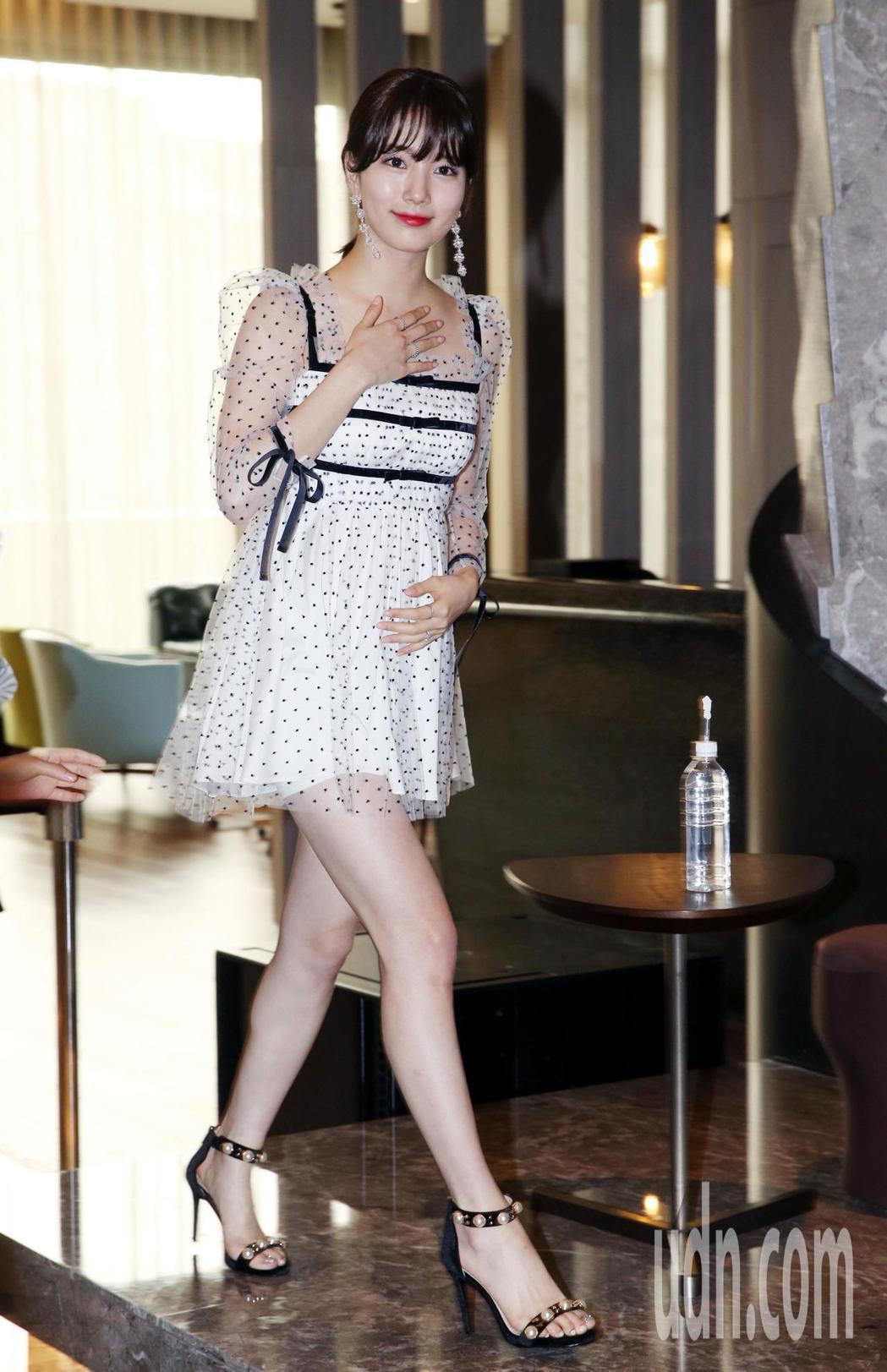 在韓國有「國民初戀」之稱的女星秀智今天來台,與媒體見面,親切的肢體語言,露出甜美...