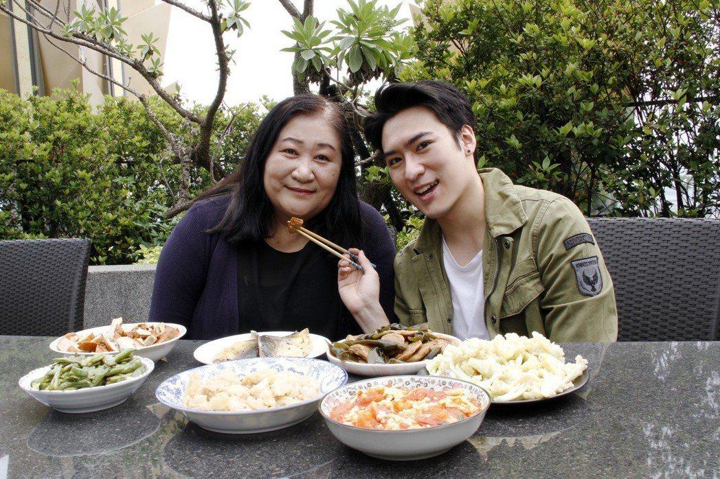 沈建宏24年來首度下廚給媽媽吃。圖/達騰娛樂提供