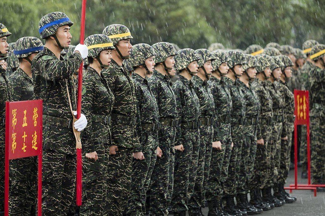 「女兵日記」在屏東龍泉軍營拍攝,劉香慈(左二)和千人風雨中繼續拍攝。圖/TVBS...
