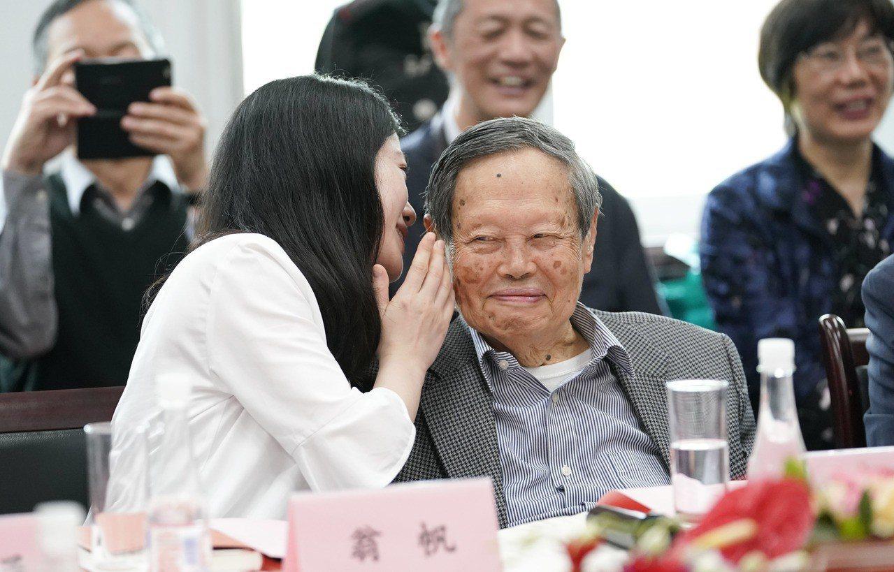 著名物理學家楊振寧先生與妻子翁帆。(中新社)