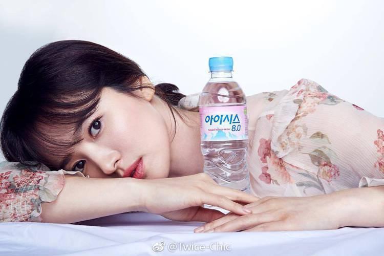 宋慧喬拍攝瓶裝水廣告時身穿Vanessa Bruno洋裝。圖/取自微博