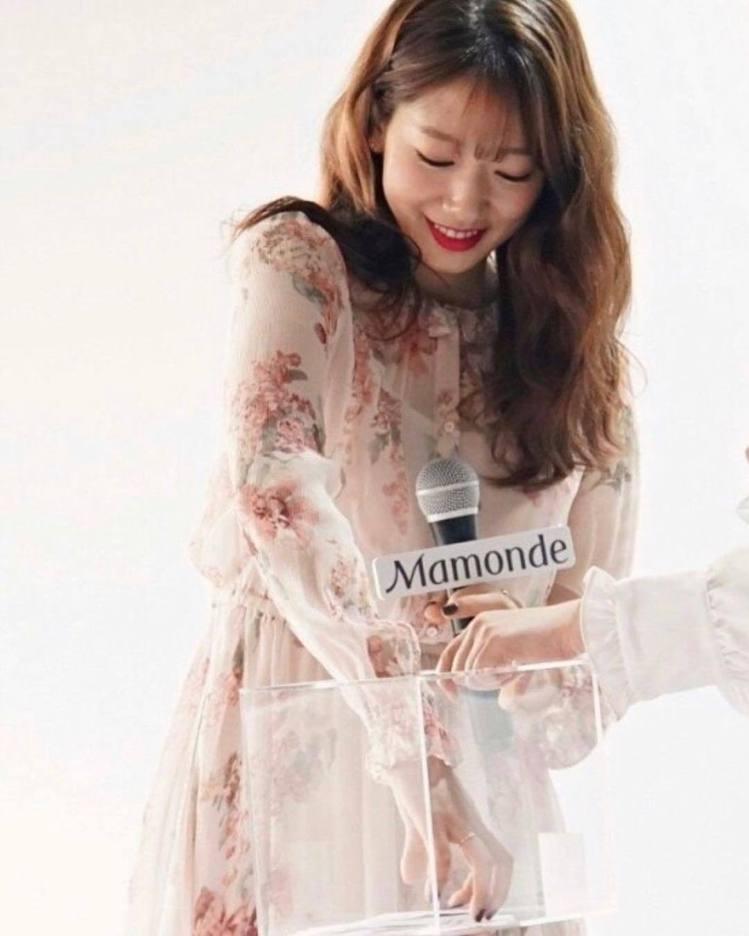 朴信惠於2月出席美妝品牌活動時,首穿Vanessa Bruno洋裝。圖/取自IG