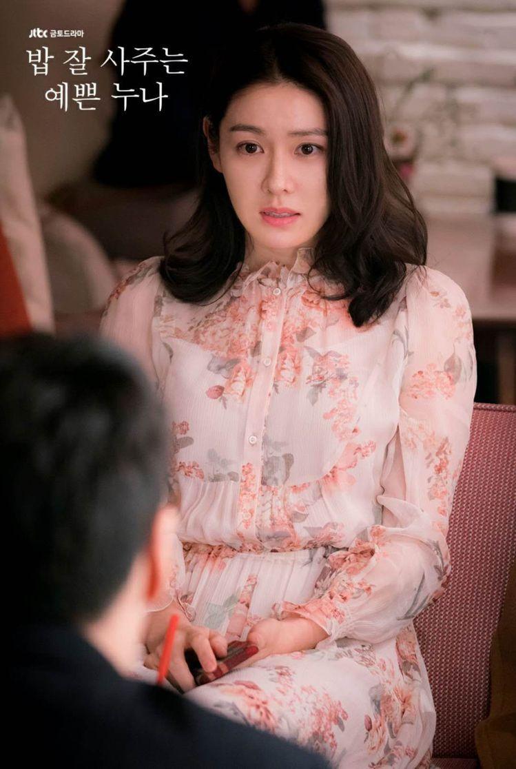 孫藝珍在《經常請吃飯的漂亮姐姐》第一集穿著Vanessa Bruno洋裝。圖/取...