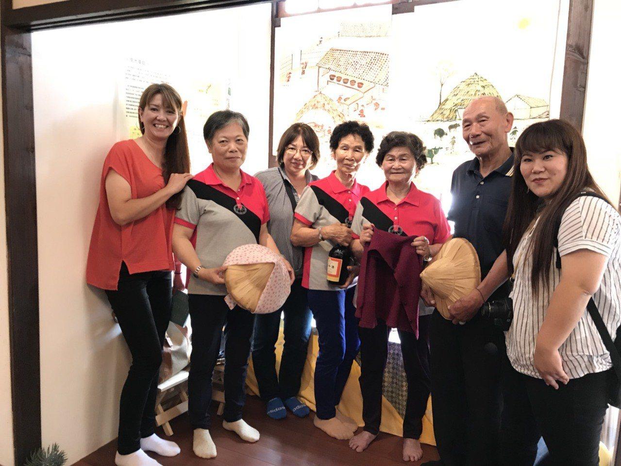 早年到沖繩當季節性移工的村民和家屬現身說故事。記者謝恩得/翻攝