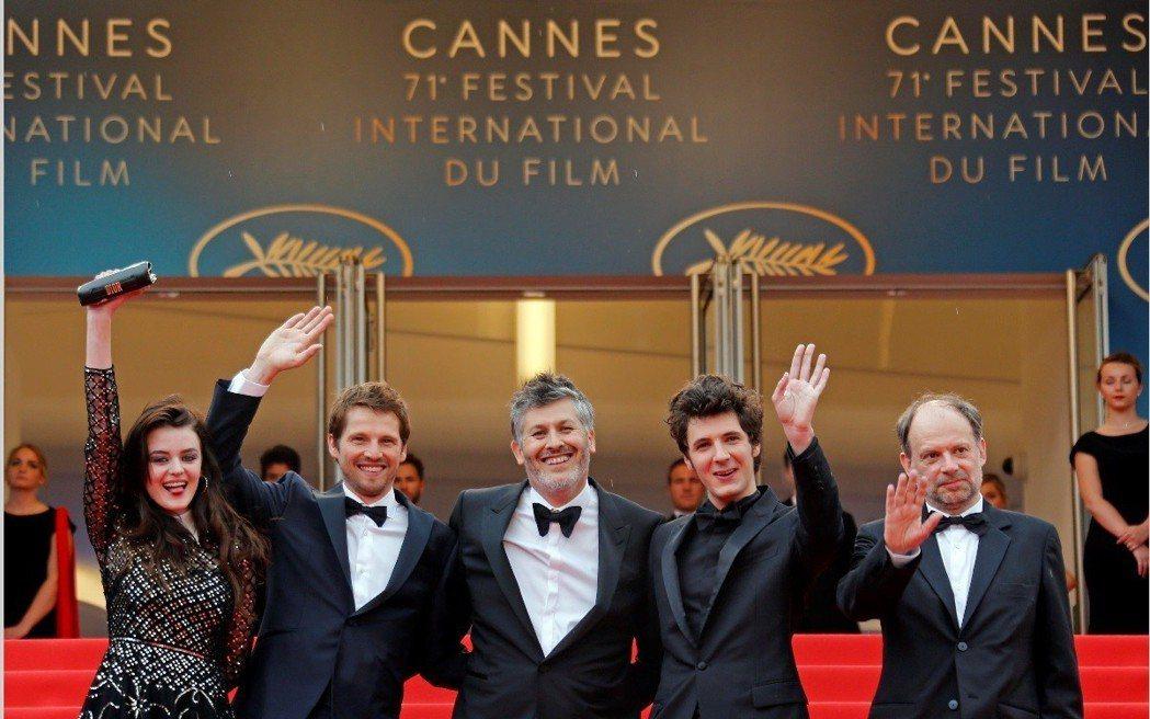 法國電影「喜歡你、愛上你、逃離你」導演與主角群出席首映典禮。圖/路透