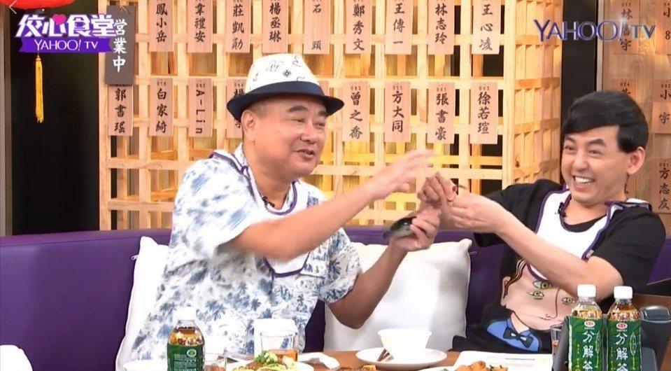 黃子佼跟陳昇為了禮物搶起來。圖/Yahoo TV提供