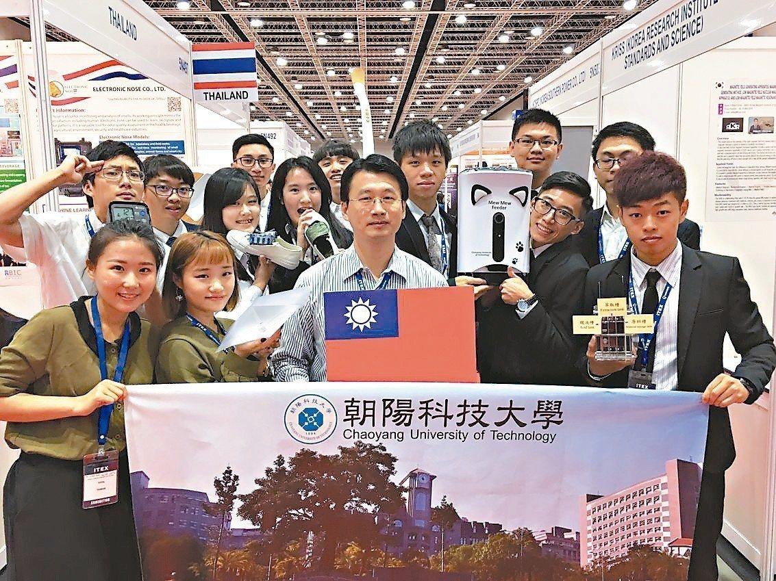 朝陽科大在今年馬來西亞國際發明創新科技展大放異彩,勇奪2金4銀的好成績。 圖/朝...