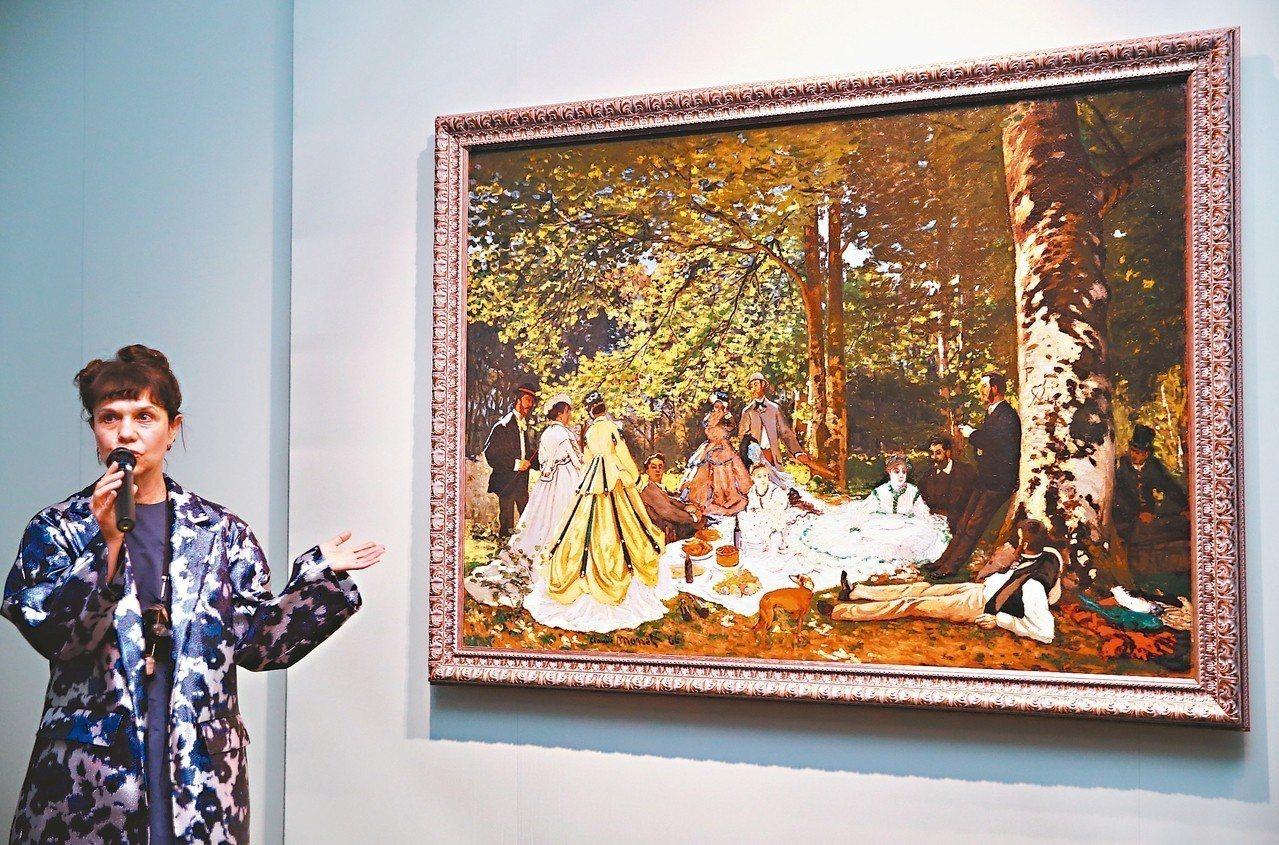 俄羅斯普希金國家藝術博物館館長瑪麗娜.洛沙克介紹莫內「草地上的午餐」。 記者曾學...