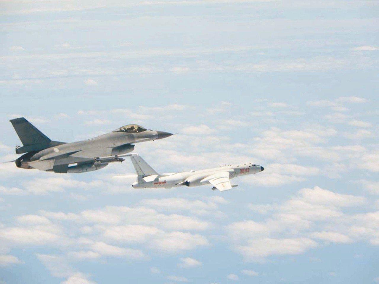 我空軍F-16戰機(左)監控繞台共機轟-6K(右)。資料照片/國防部提供