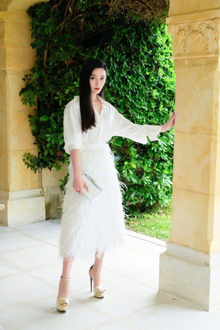 電影《355》記者會背板,范冰冰換上一身全白的Osman裙裝、配戴De Beer...