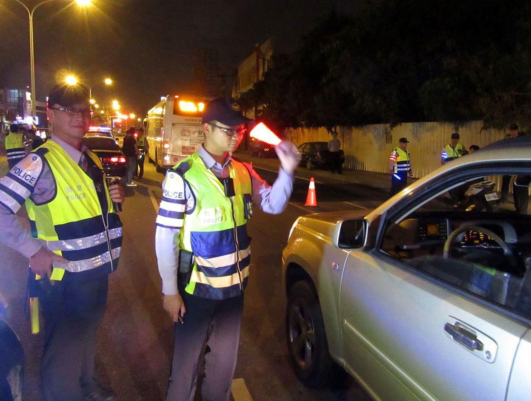 三分局安順派出所所長莊世雄指導年輕警員察看車輛重點。 記者周宗禎/攝影