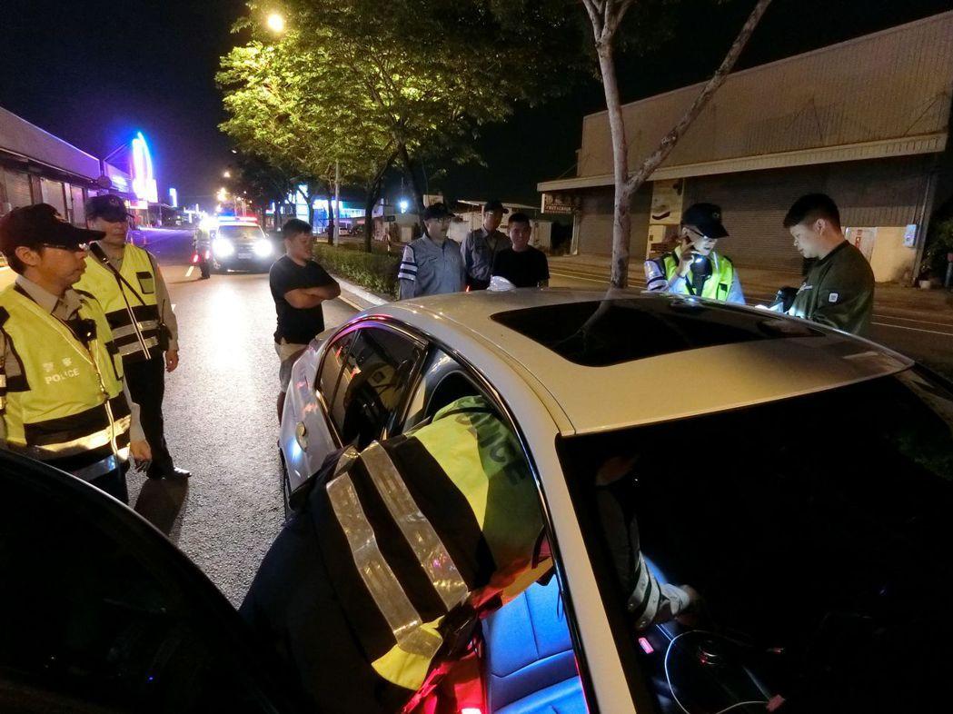 台南市警三分局臨檢刻意安排資深員警與新人混合搭擋,隨機指導新進同事查緝技巧。 記...