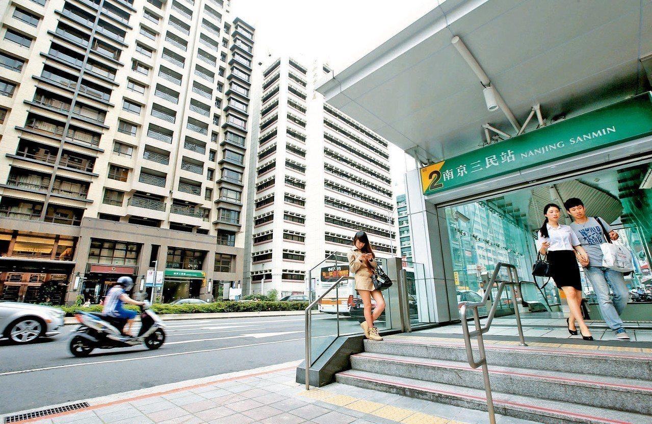 南京三民站周邊同時擁有市場以及公園,成為台北市交易最熱的捷運宅。 圖/聯合報系資...