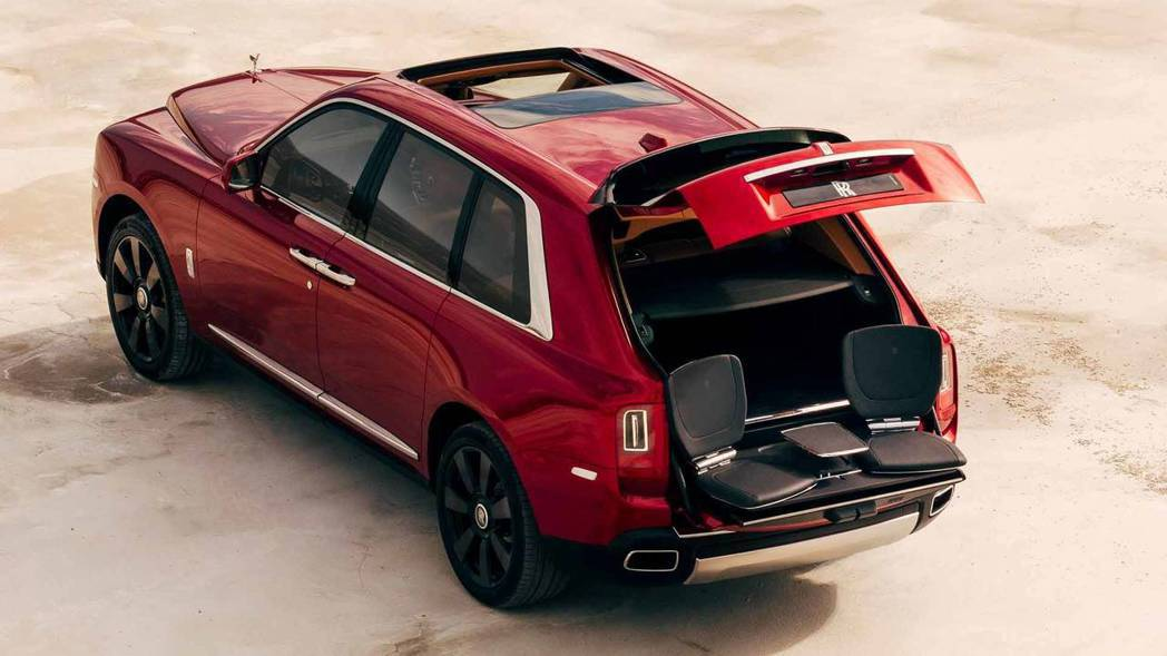 Rolls-Royce Cullinan還有可收納的觀景座椅(Viewing Suite)。 摘自Rolls-Royce