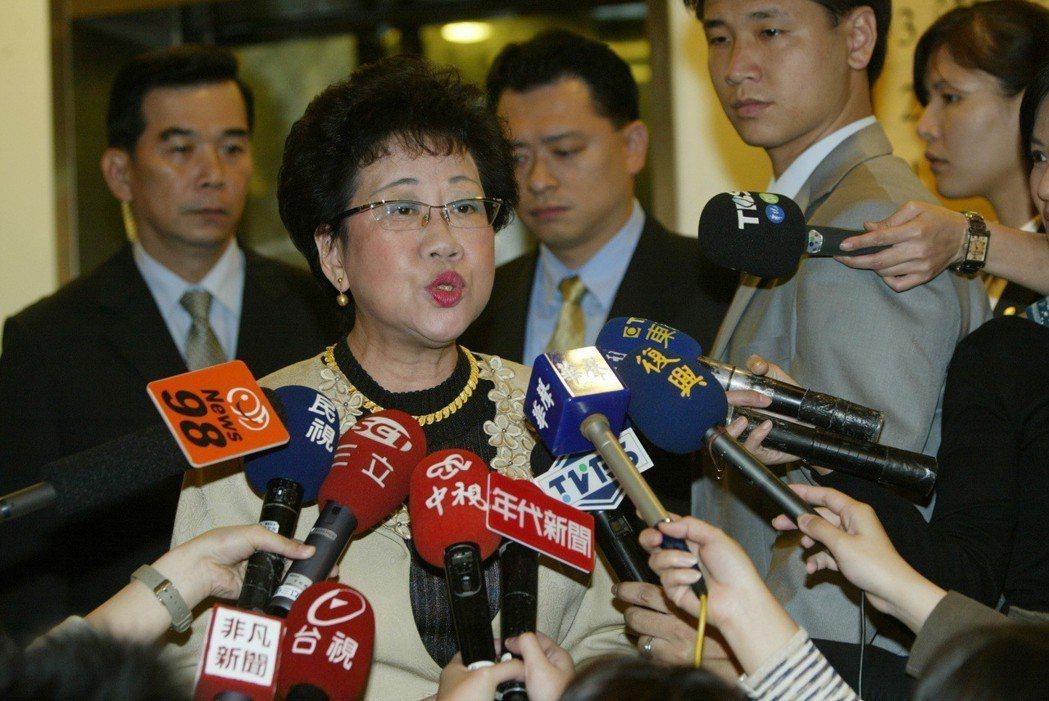 副總統呂秀蓮2007年出席醫師節慶祝大會時,對「靠一張嘴『拐』到政權」一事澄清,...