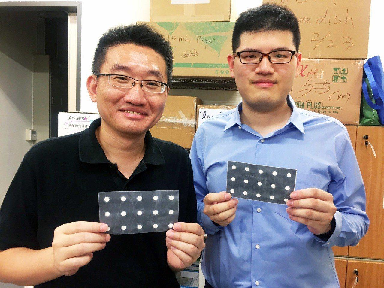 清大醫工所教授鄭兆珉(左)與學生童國豪(右)團隊研發「紙基試片產生機」。記者郭宣...