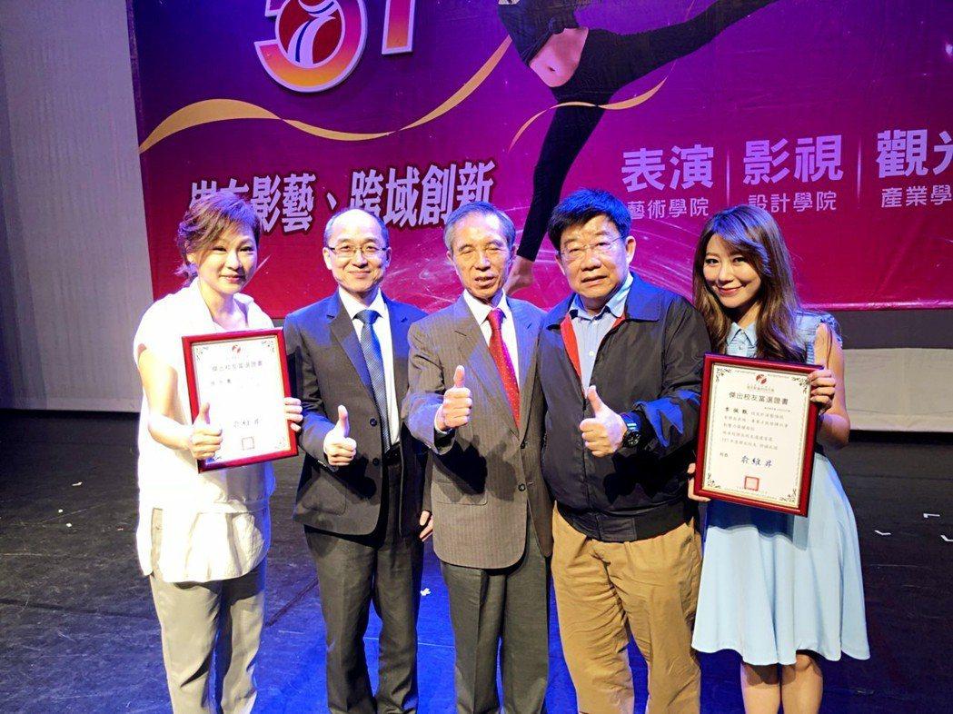 張月麗(左)、佩甄(右)上午到基隆「崇右影藝技術大學」,接受校長俞維昇校長(左二