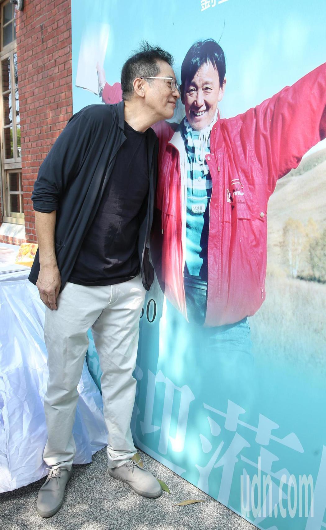 瓊瑤劇御用導演劉立立紀念回顧展今天開幕,演員秦漢(圖)親吻看板上的劉立立。記者林
