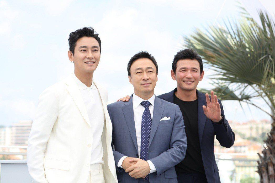 朱智勳(左起)、李聖旻及黃晸玟合作的新片「北風」在坎城首映,3位男星也到場宣傳。