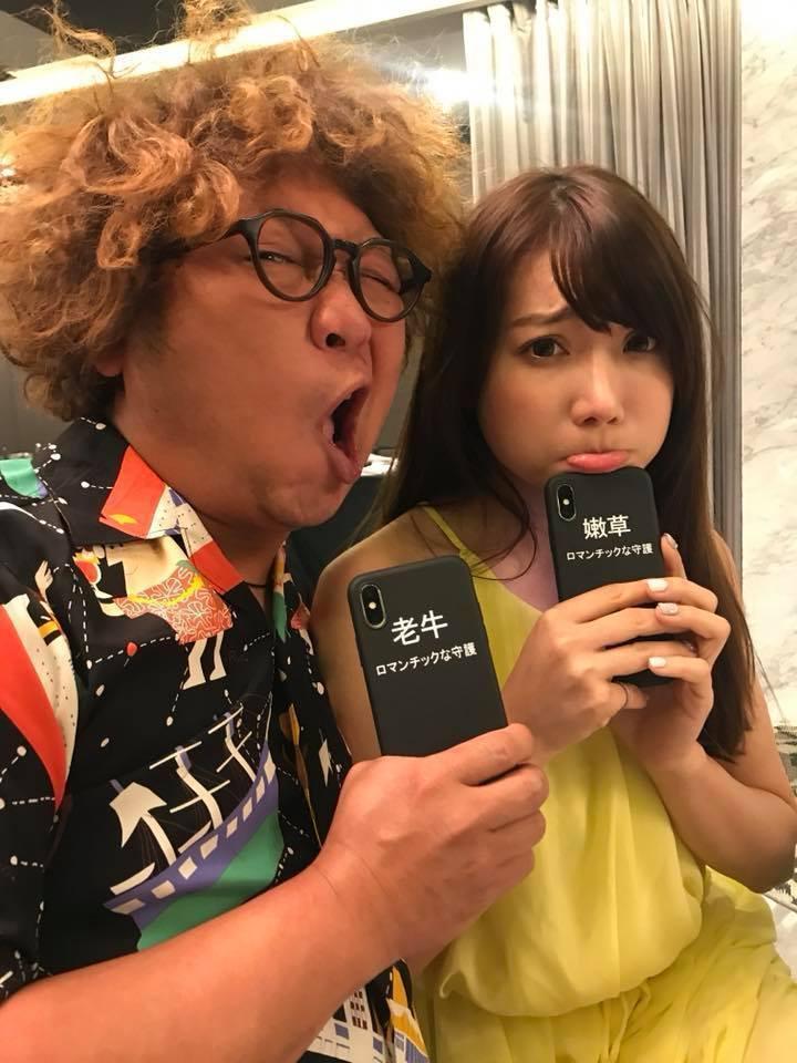 納豆(左)和依依買了同樣手機殼,搞笑「老牛」吃「嫩草」。圖/納豆臉書