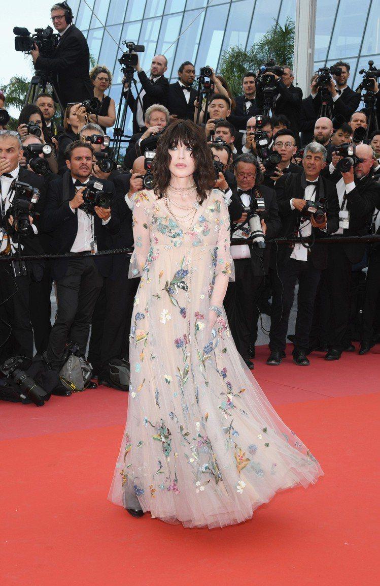 伊莎貝艾珍妮穿上Dior禮服,一身花園般的刺繡帶來春夏繽紛氣息。圖/Dior提供
