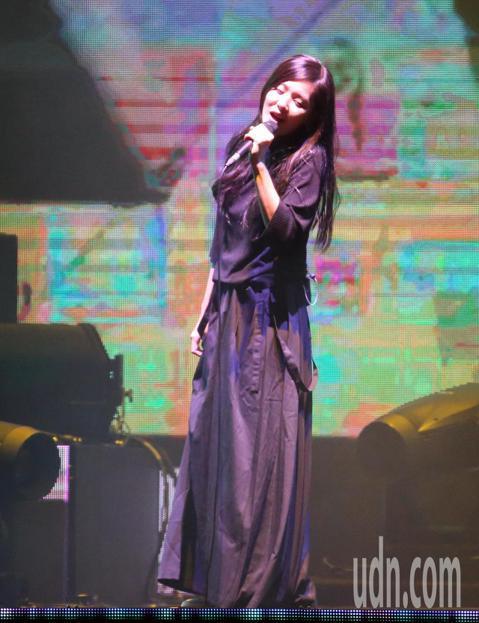 創作歌手安溥(張懸)出道17年首度在台北小巨蛋舉辦「煉雲」演唱會,在3600多片LED組成的煉雲舞台上,改編演唱22首台、港、中多位歌手的成名曲,讓聽眾體驗不同原唱風格的音樂。