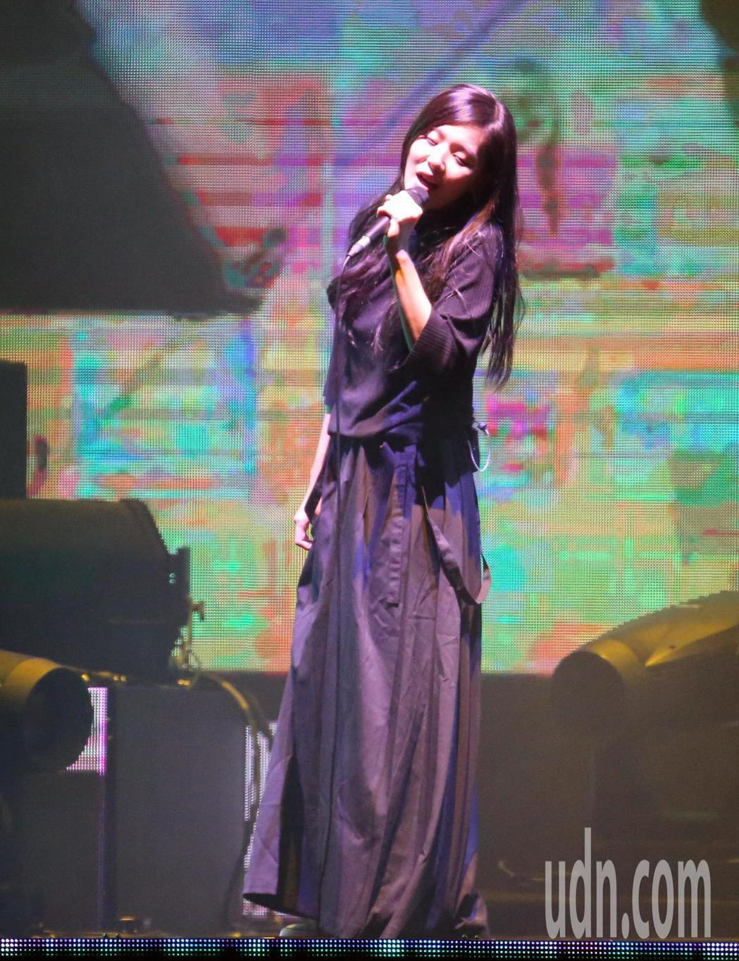 創作歌手安溥(張懸)晚間在台北小巨蛋舉辦「煉雲」演唱會,改編演唱22首台、港、中