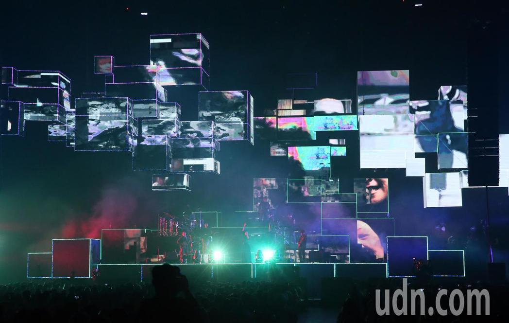 創作歌手安溥(張懸)晚間在台北小巨蛋舉辦「煉雲」演唱會,改編演唱22首台、港、中...