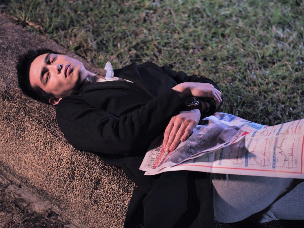 利晴天在戲中落魄睡公園。圖/東森提供