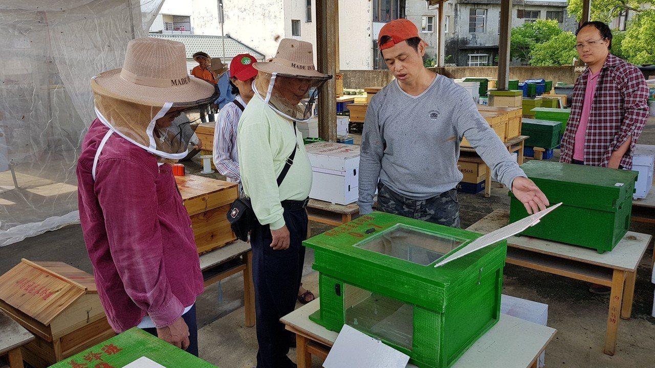 謝文達(右二)打造透明蜂箱,將放在葛瑞絲香草田等景點展示,讓遊客了解蜜蜂生態。記...