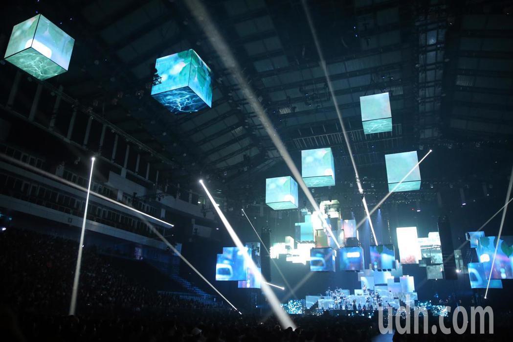 創作歌手安溥(張懸)出道17年晚間首度在台北小巨蛋舉辦「煉雲」演唱會,在3600...