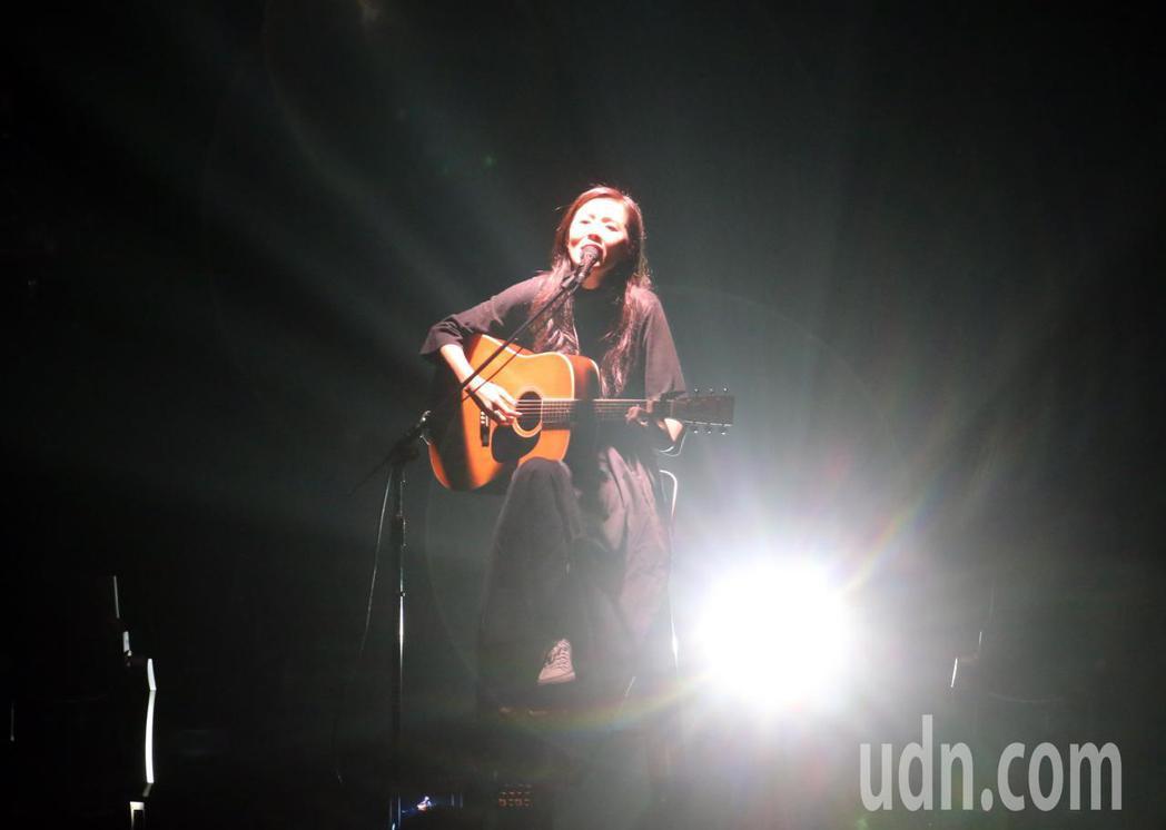 創作歌手安溥(張懸)出道17年晚間首度在台北小巨蛋舉辦「煉雲」演唱會,在唱完經典...
