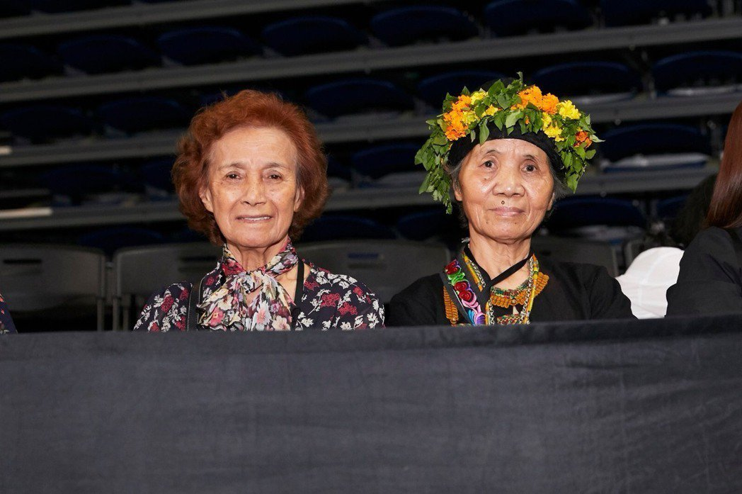 左為尤秋興媽媽、右為顏志琳媽媽,12日晚上特地到高雄挺兒子。圖/華研提供