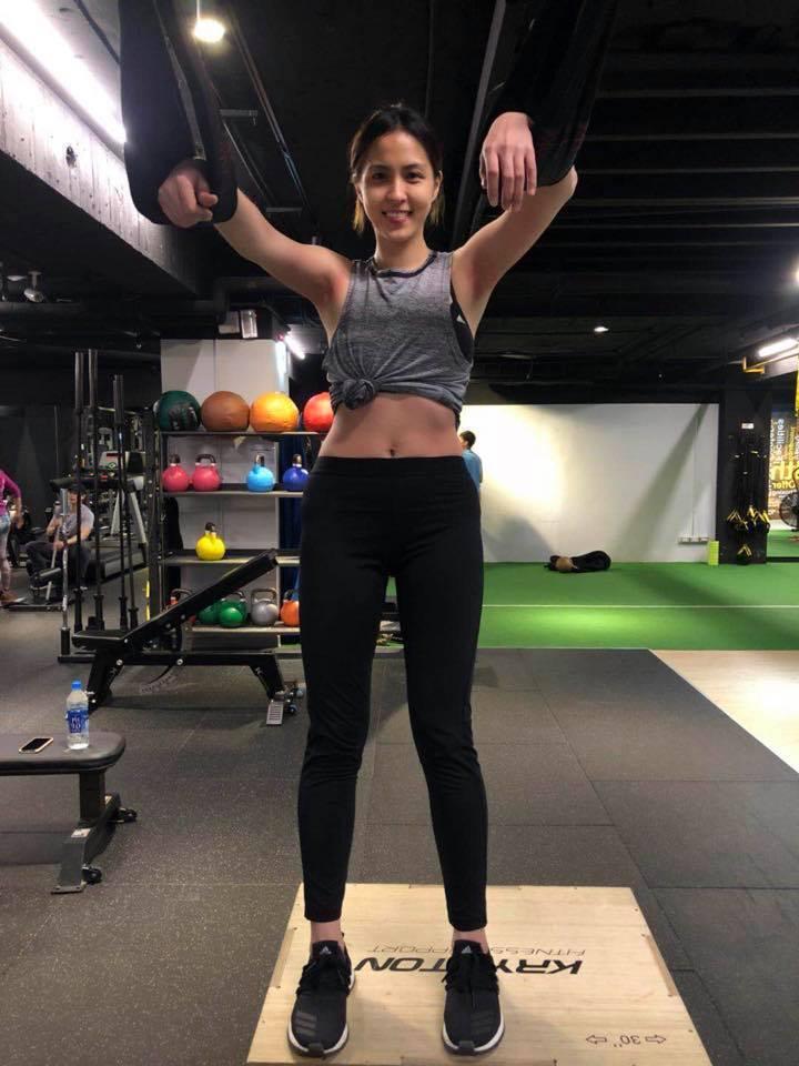 魏蔓長期靠運動、飲食控制維持體態,露小蠻腰秀「人生最瘦控的一天」。圖/摘自臉書
