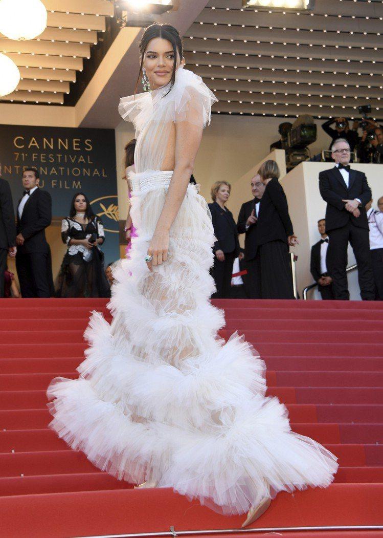 坎達爾珍娜出席《太陽之女》坎城首映會,以一身Schiaparelli透膚高級訂製...