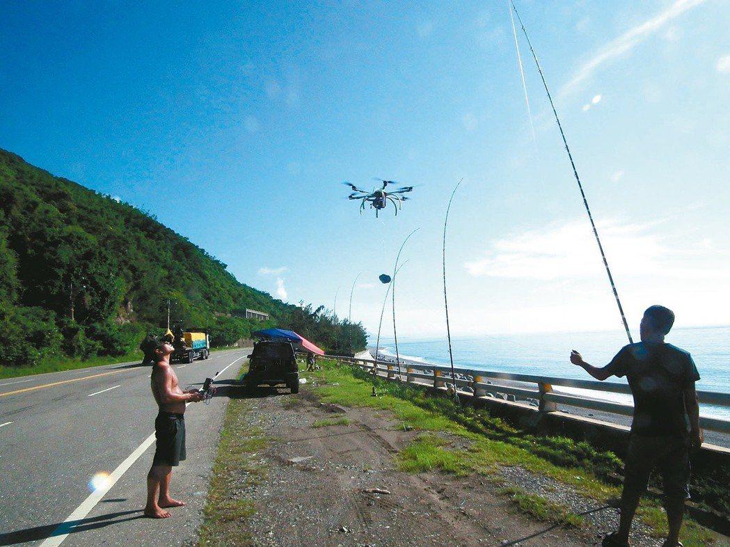 有釣客為了讓釣餌拋得更遠,出動無人機起飛「送餌」。 圖/聯合報系資料照片