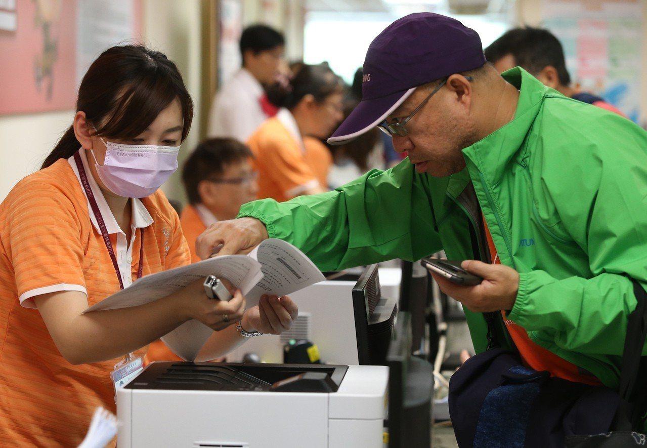 民眾湧入國稅局報稅,工作人員細心為民眾解說報稅程序。 圖/聯合報系資料照片