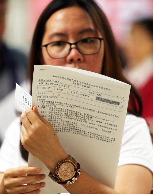 民眾仔細閱讀報稅文件。 圖/聯合報系資料照片