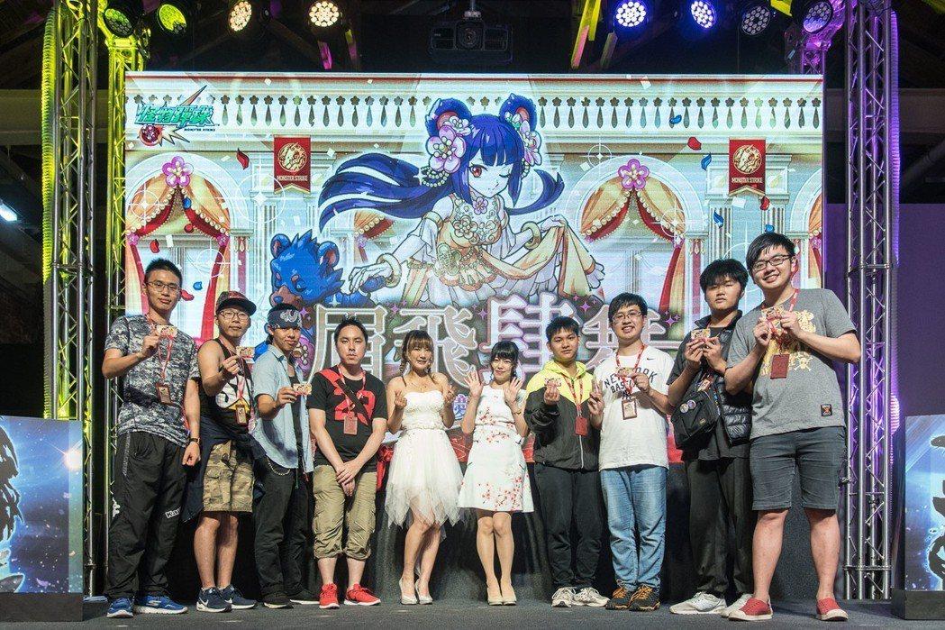 人氣YouTuber康妮偕同日本聲優福島亞美與現場玩家於舞台上合影,共同歡慶《怪...