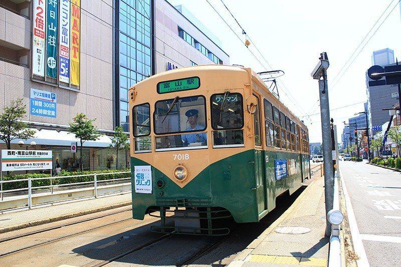 在富山市區可利用可愛的路面電車走訪。