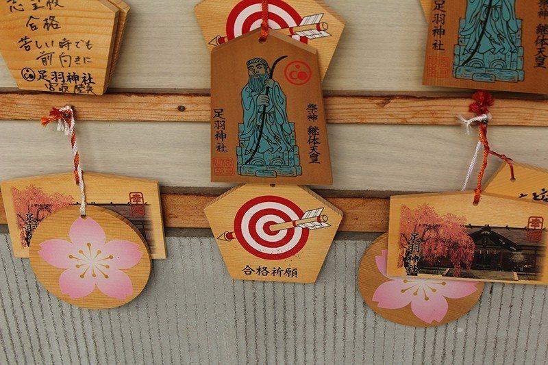 五角繪馬和櫻花繪馬都是這裡的特色。