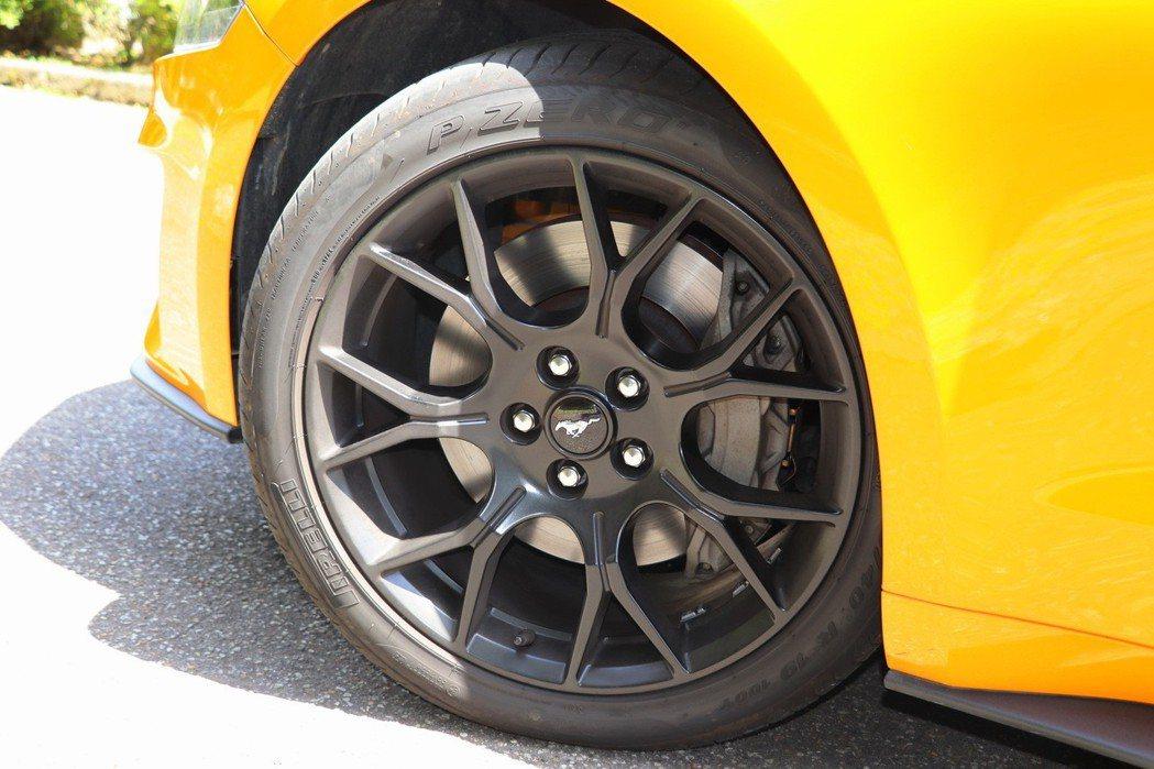 搭配19吋EcoBoost款緞閃黑鋁圈外,還配備齒比3.55的後軸限滑差速器、升級前煞車系統四活塞卡鉗配352 x 32(mm)加大通風碟。 記者陳威任/攝影