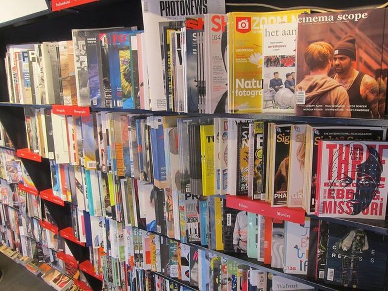 占滿整座牆面的雜誌販售區,氣勢磅礡。 宋宜馨
